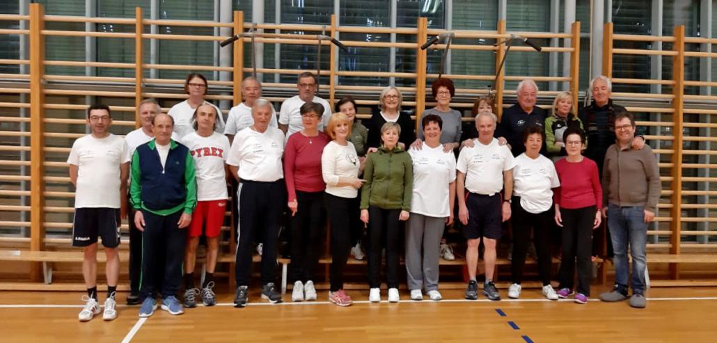 Gruppo sportivo cardiologico Brunico in posa in palestra
